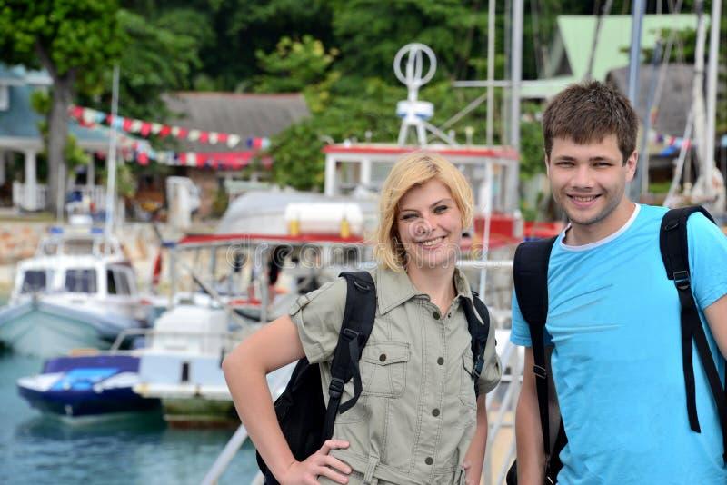 Giovane viaggio felice delle coppie. fotografia stock