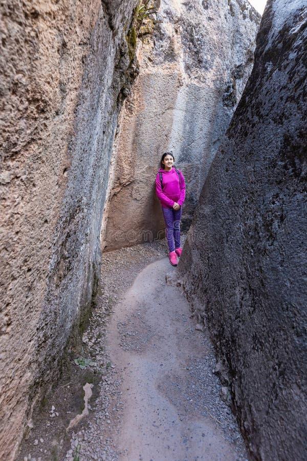 Giovane viandante che esplora Inca Archaeological Site nel Perù immagine stock libera da diritti