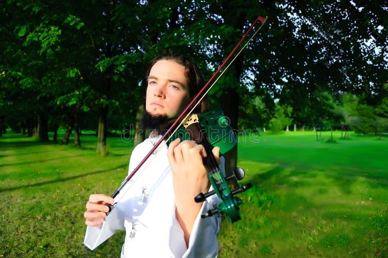 Giovane violinista fotografia stock libera da diritti