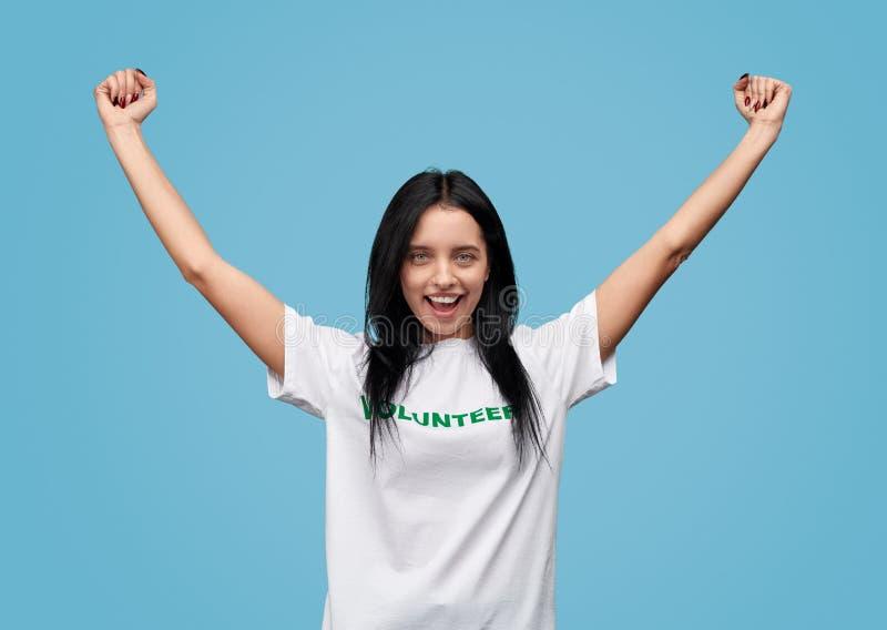 Giovane volontario che celebra successo immagini stock libere da diritti