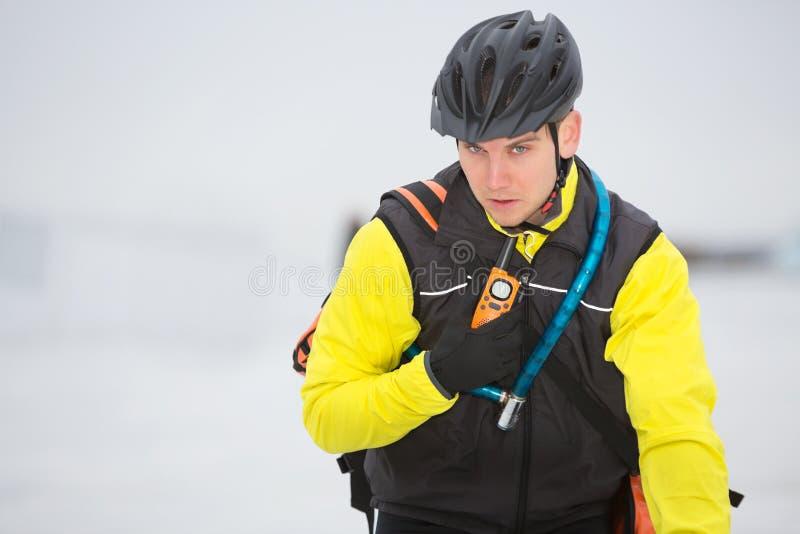 Giovane walkie-talkie di Delivery Man Using del corriere fotografie stock