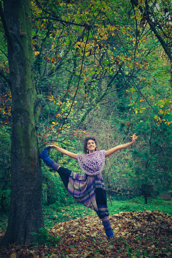 Giovane yoga felice di pratica della donna all'aperto fotografie stock