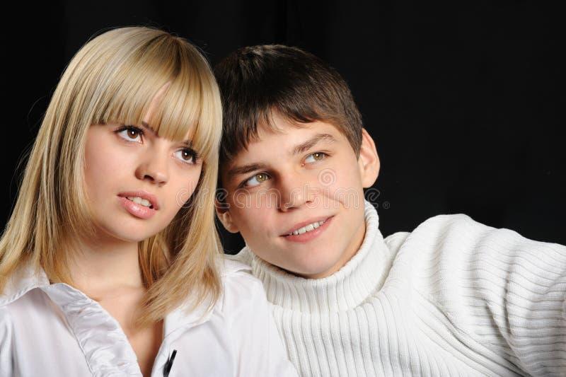 Giovani accoppiamenti enamoured fotografie stock