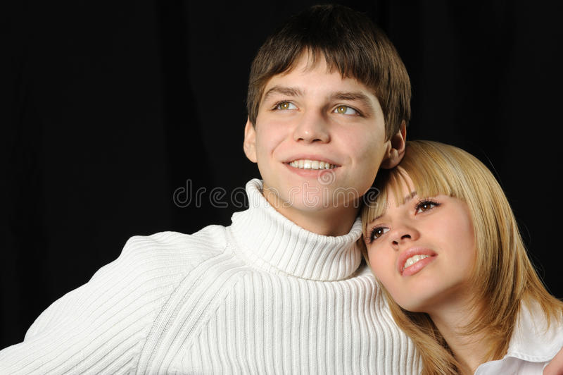 Giovani accoppiamenti enamoured fotografia stock