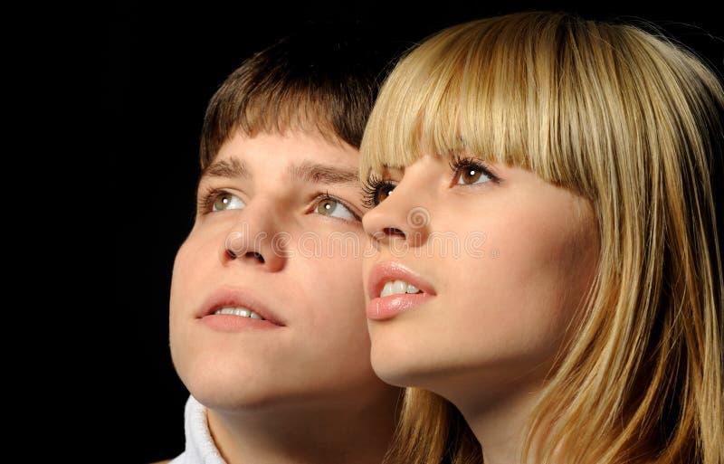 Giovani accoppiamenti enamoured fotografie stock libere da diritti