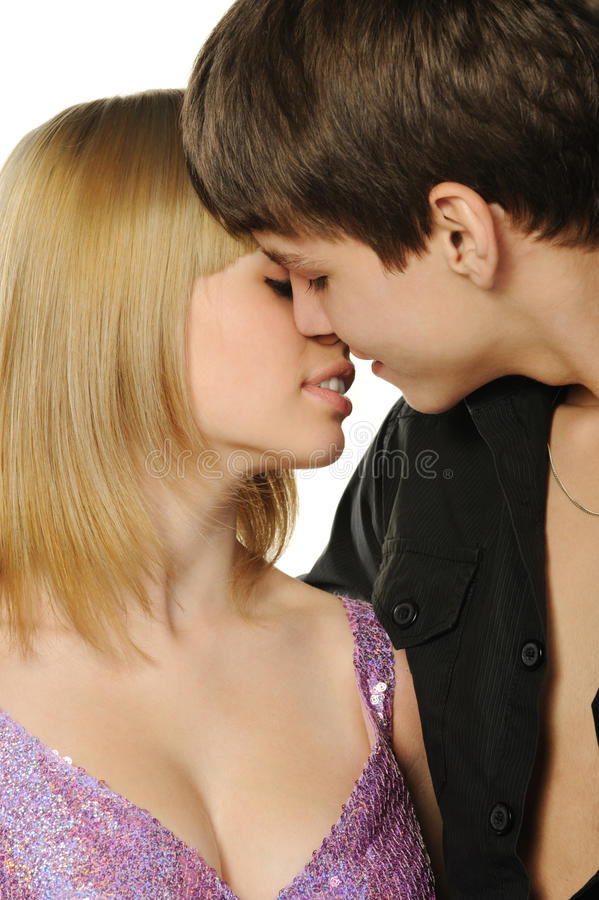 Giovani accoppiamenti enamoured immagine stock
