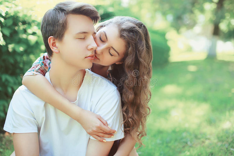 Giovani adolescenti adorabili delle coppie nell'amore immagini stock libere da diritti