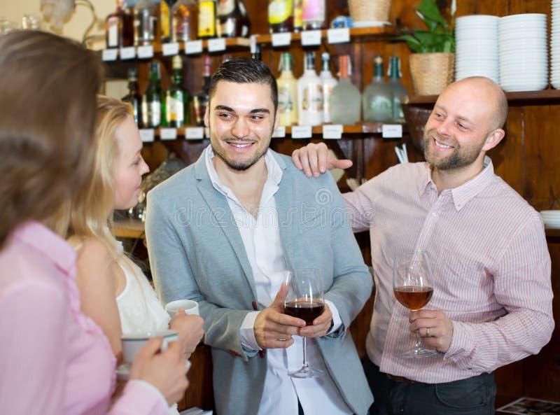 Download Giovani Adulti Felici Alla Barra Immagine Stock - Immagine di felice, divertimento: 55357731