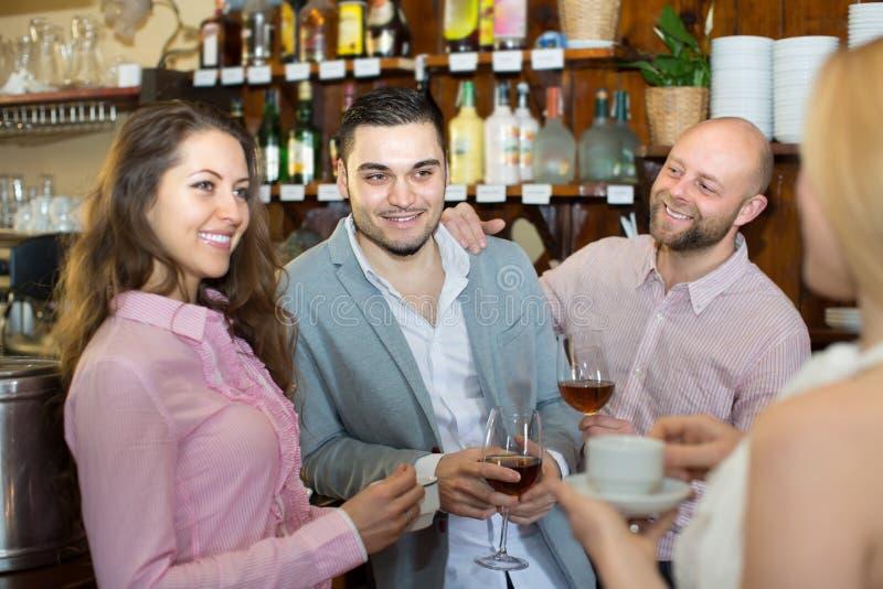 Download Giovani Adulti Felici Alla Barra Immagine Stock - Immagine di felice, flirt: 55357959