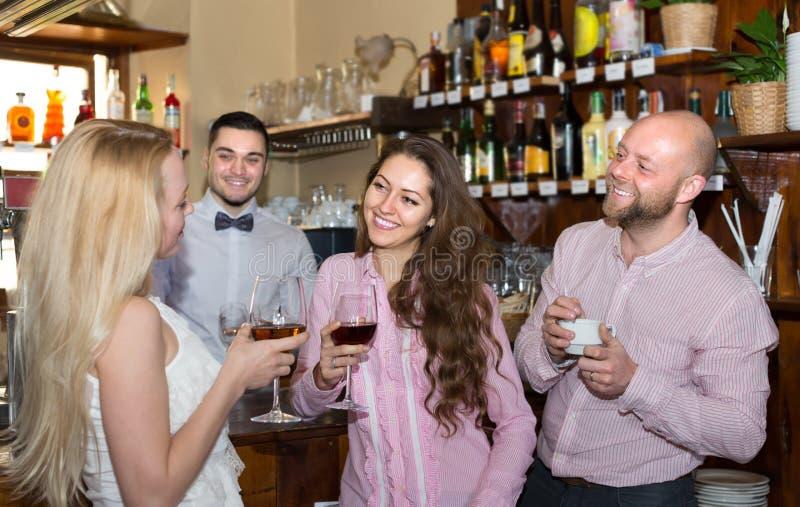 Download Giovani adulti nella barra fotografia stock. Immagine di interno - 55357278