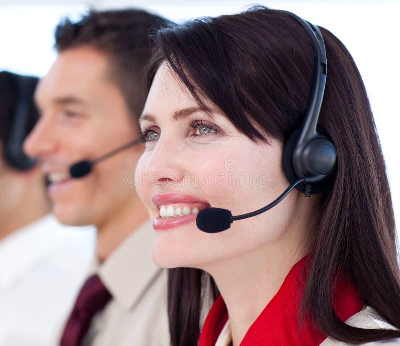 Giovani agenti di servizio di assistenza al cliente una call center fotografia stock
