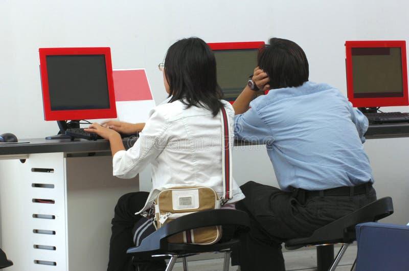Giovani al calcolatore fotografia stock libera da diritti