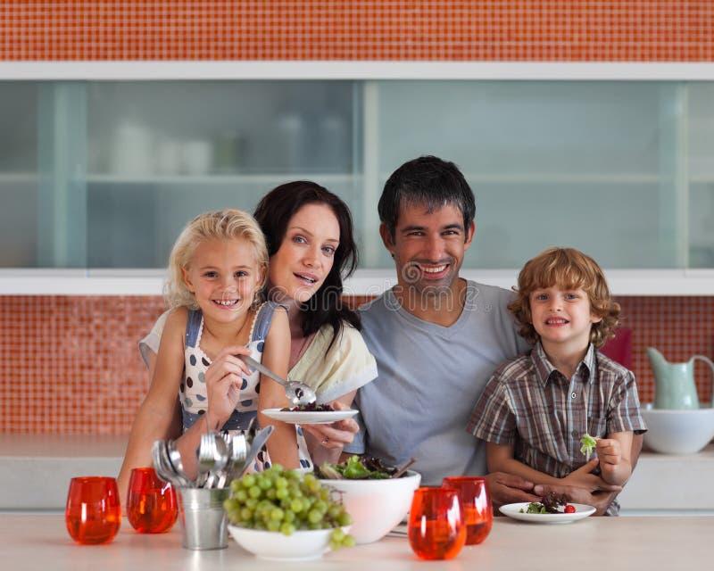 giovani all'interno sorridenti della famiglia della macchina fotografica fotografia stock