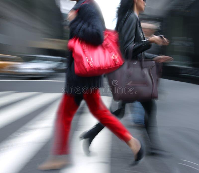 Giovani all'ora di punta che camminano nella via. immagini stock