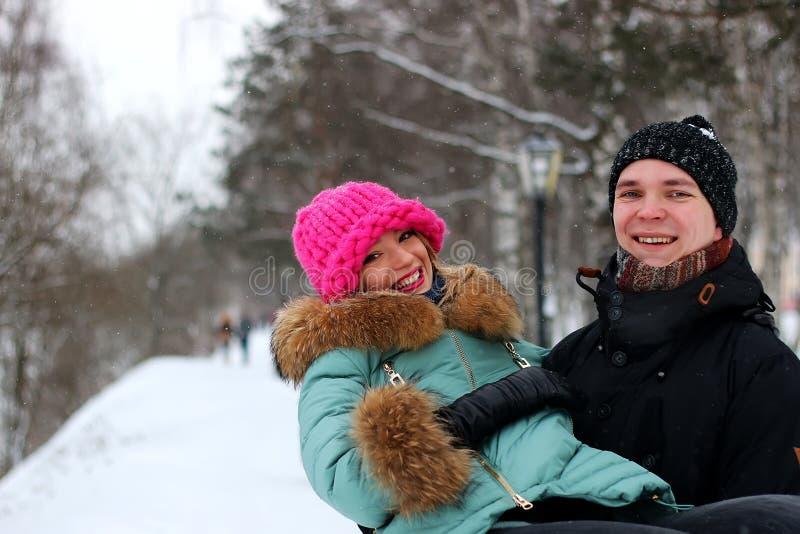 Giovani amanti delle coppie nell'inverno fotografia stock