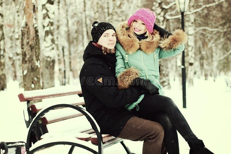 Giovani amanti delle coppie nell'inverno immagini stock libere da diritti