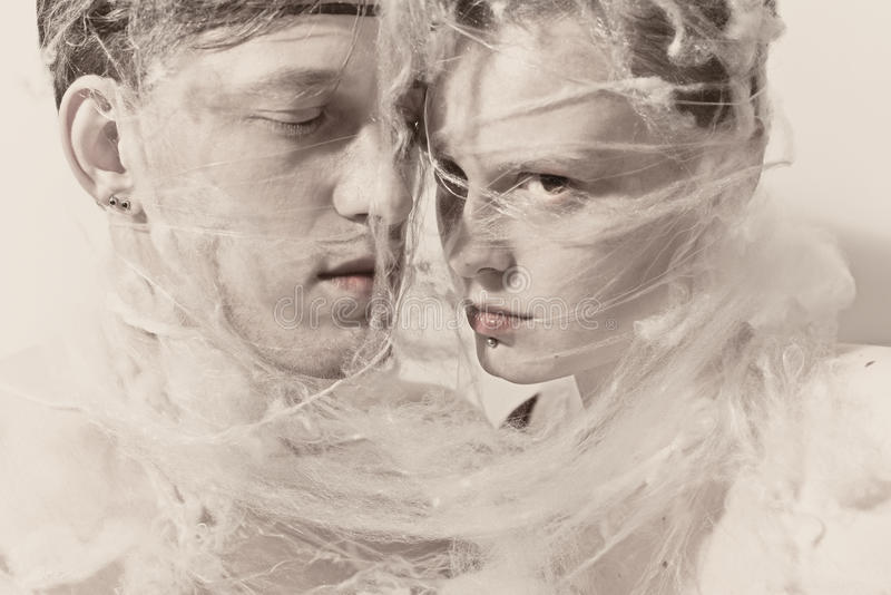 Giovani amanti nel Web fotografia stock libera da diritti