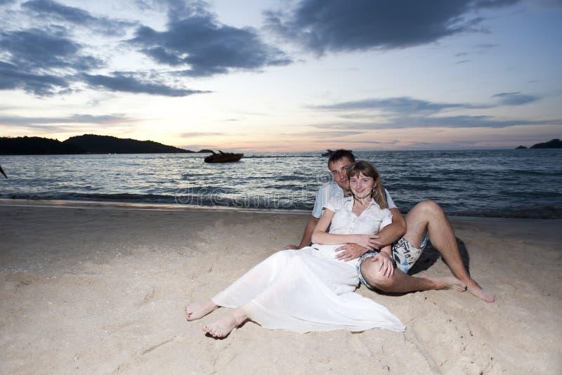 Giovani amanti sulla spiaggia fotografie stock libere da diritti