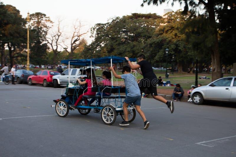 giovani ambulanti della gente immagini stock libere da diritti