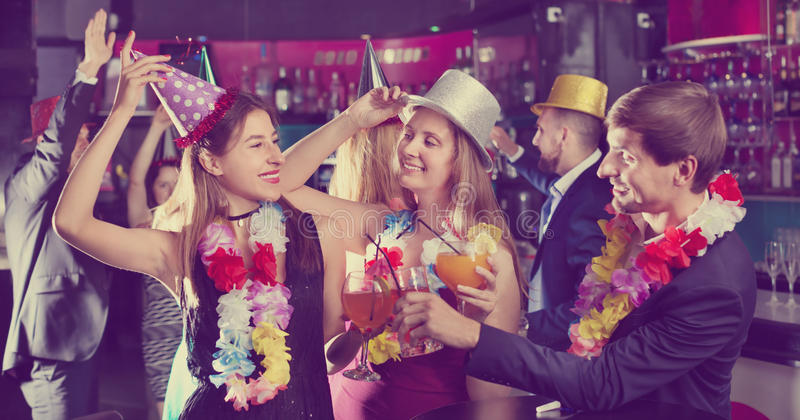 Giovani amici che ballano sulla festa di compleanno fotografia stock