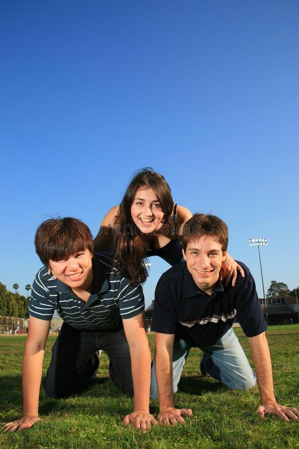 Giovani amici che hanno divertimento immagine stock libera da diritti