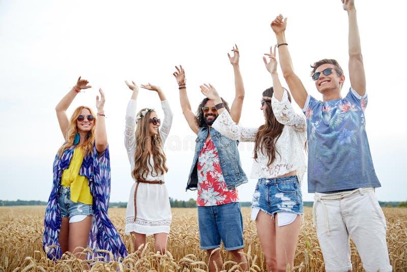 Giovani amici felici di hippy che ballano all'aperto immagini stock