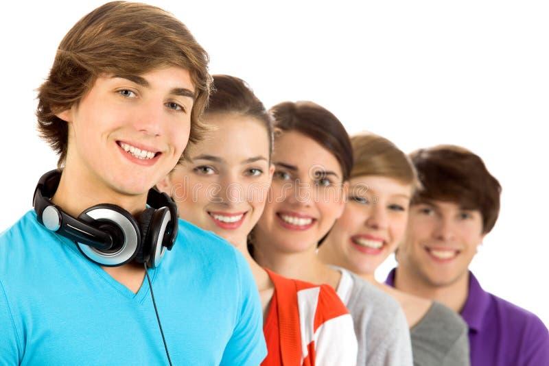 Giovani amici sorridenti fotografie stock libere da diritti