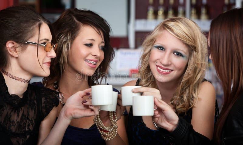 Giovani anni dell'adolescenza alla Camera di caffè fotografie stock libere da diritti