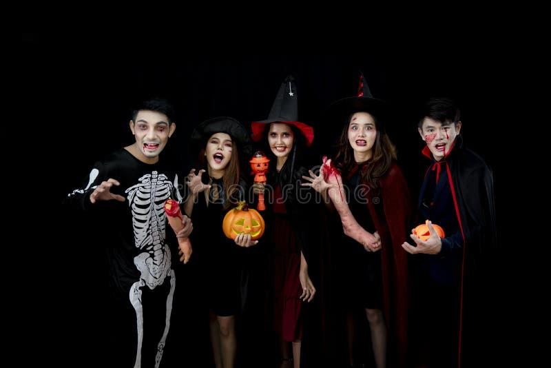 Giovani asiatici, un gruppo di cinque persone, in costumi spaventosi Gruppo di amici che si divertono a una festa in un nightclub fotografia stock
