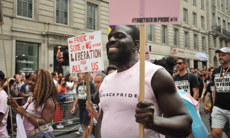 Giovani attivisti neri al gay pride di Londra a Londra, Inghilterra 2019 fotografie stock libere da diritti