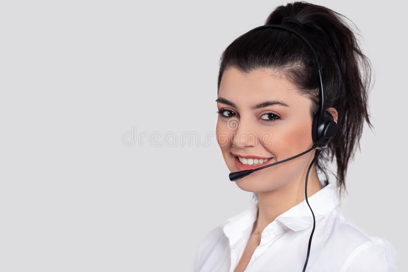 Giovani attraenti che lavorano in una call center fotografie stock