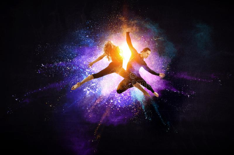 Giovani ballerini di balletto moderno in un salto Media misti immagini stock libere da diritti
