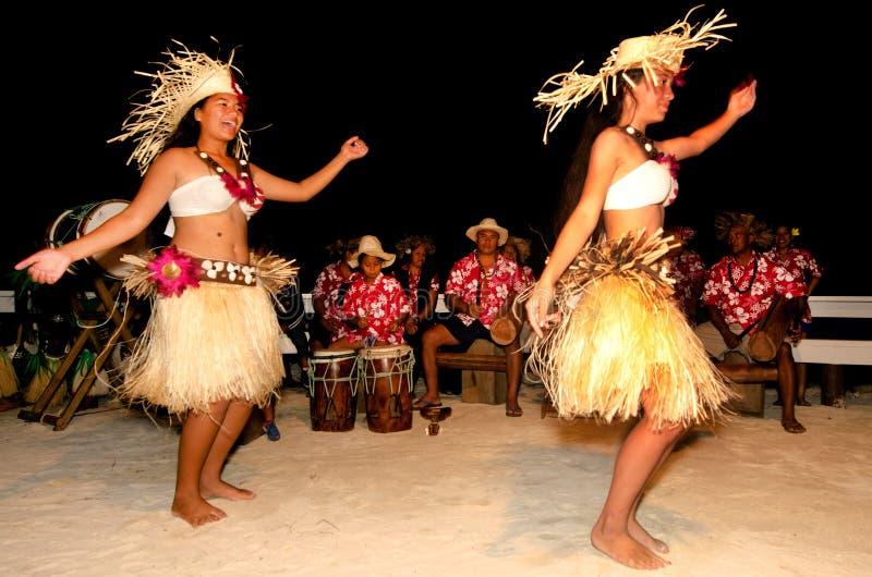 Giovani ballerini polinesiani della donna di Tahitian dell'isola del Pacifico immagine stock