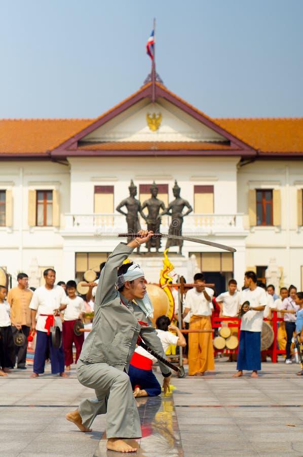 Giovani ballerini tailandesi tradizionali che eseguono a tre re Monument Chiang Mai fotografia stock libera da diritti