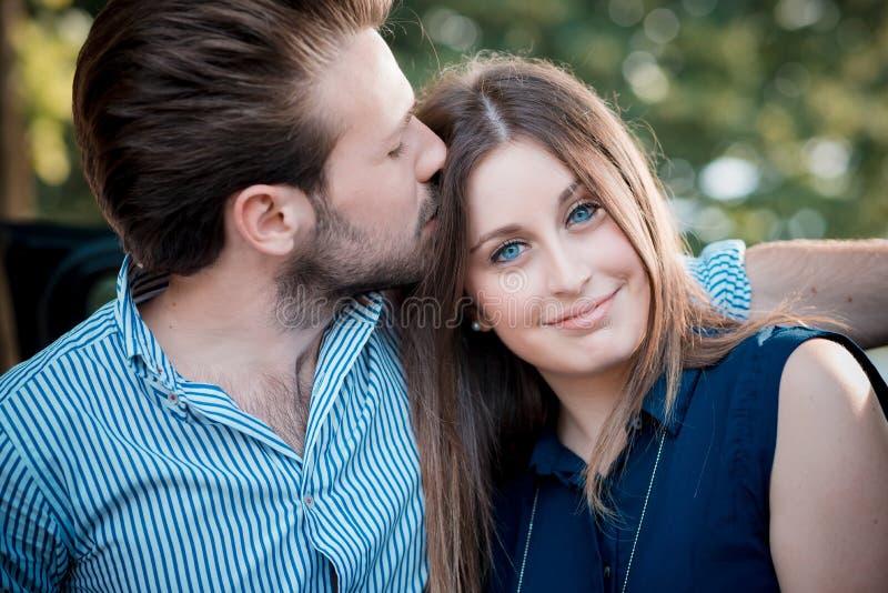 Giovani bei amanti delle coppie fotografie stock