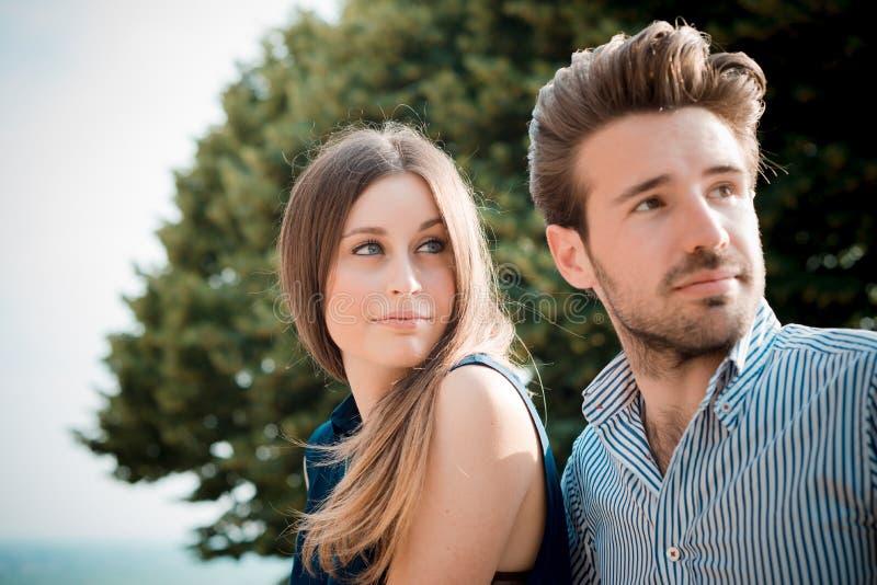 Giovani bei amanti delle coppie fotografie stock libere da diritti
