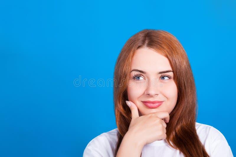 Giovani bei sguardi dai capelli rossi della ragazza verso l'alto e sorriso Il colpo dello studio, pelle ritocca immagini stock