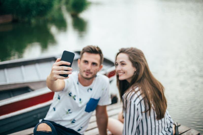 Giovani belle coppie che prendono selfie sul picnic fotografia stock libera da diritti