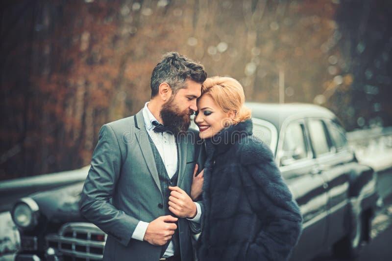 Giovani belle coppie che si rilassano insieme camminata ad un'automobile retro fotografia stock