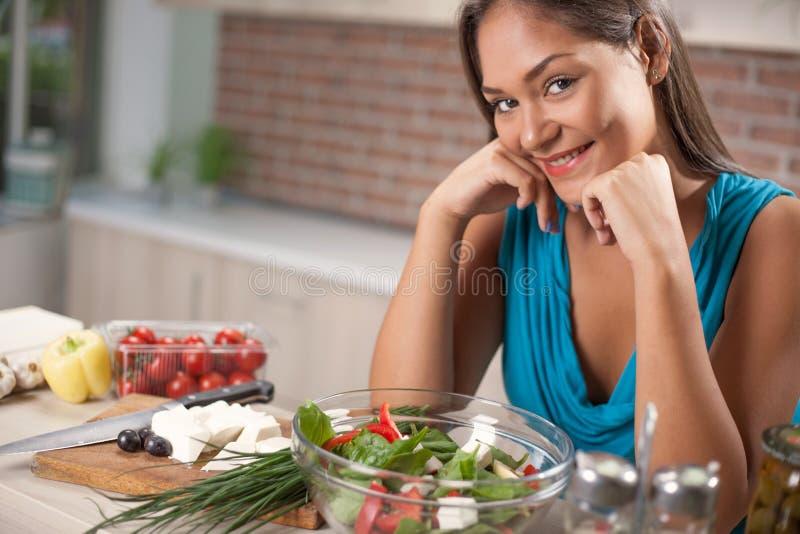 Giovani belle donne asiatiche che producono insalata fresca a casa fotografia stock libera da diritti