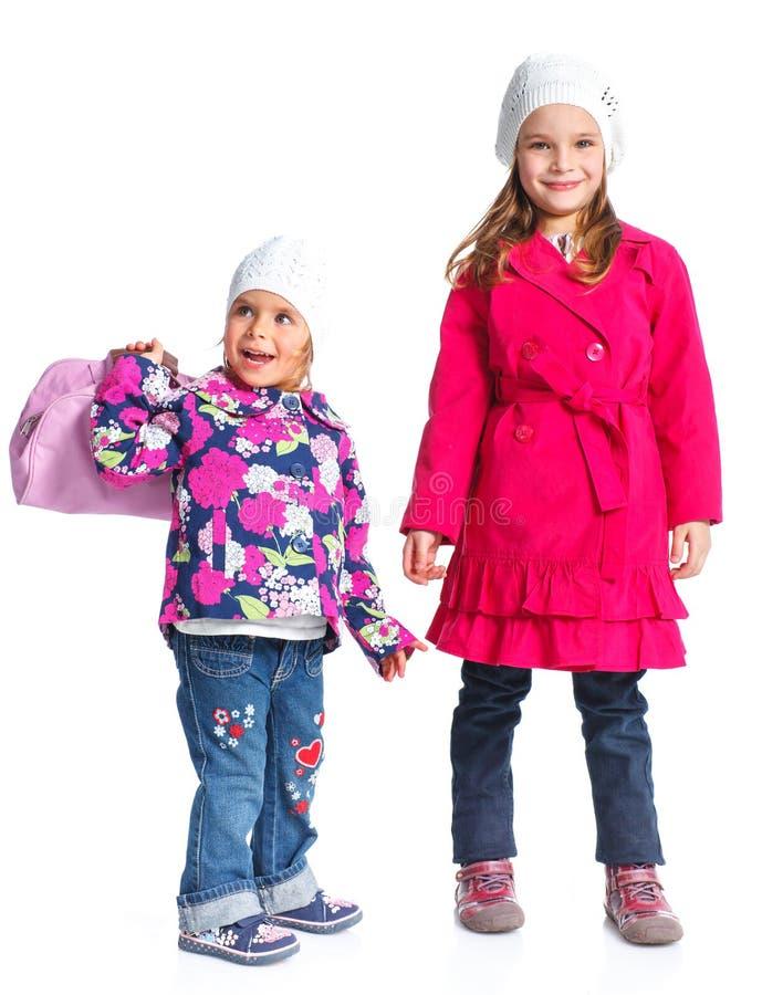 Giovani belle ragazze in un berreto ed in un cappotto immagine stock