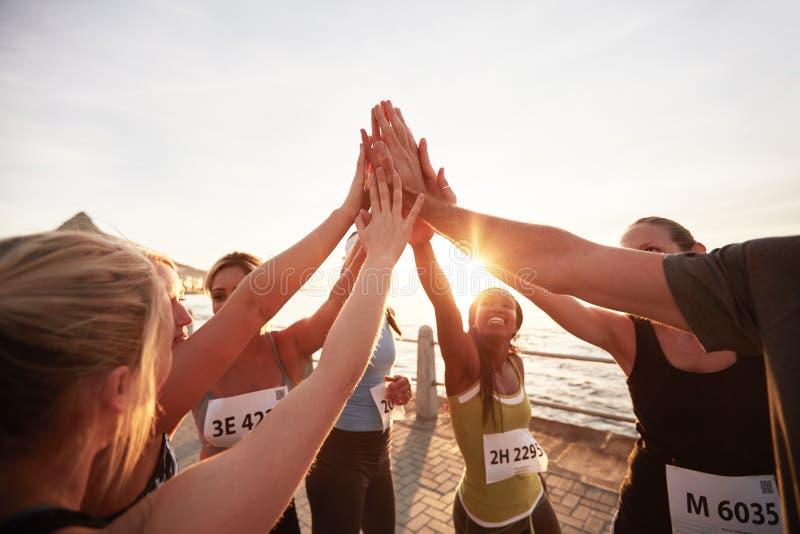 Giovani in buona salute che corrono insieme nella città fotografia stock libera da diritti