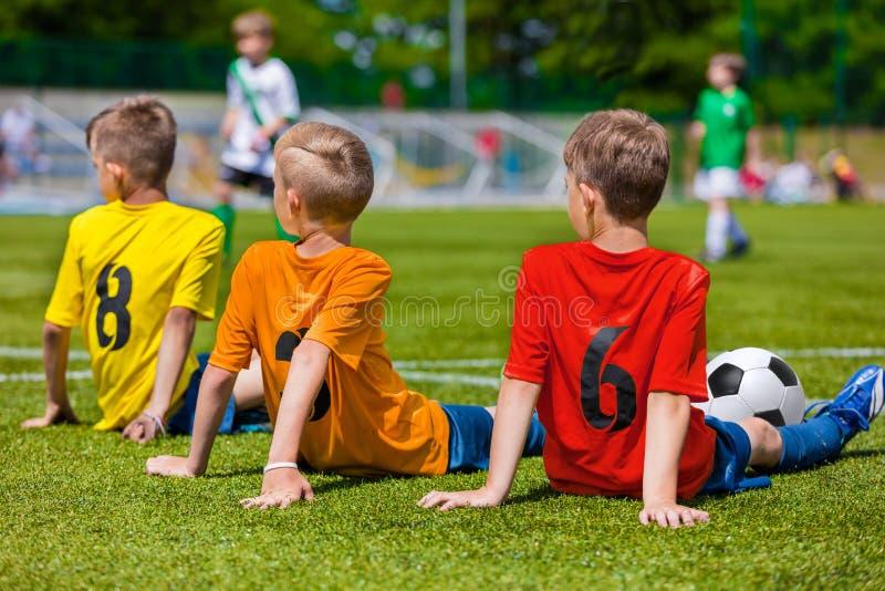 Giovani calciatori sulla sede di sport fotografia stock libera da diritti