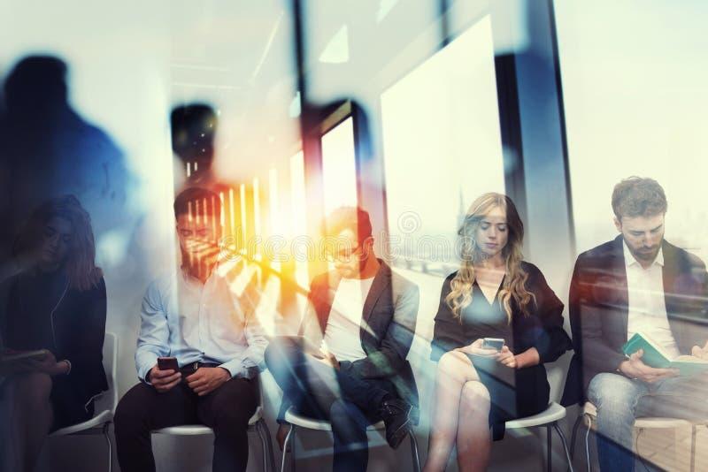 Giovani candidati che aspettano un'intervista per un lavoro Concetto della carriera dell'annuncio di assunzione Effetti di doppia immagine stock libera da diritti
