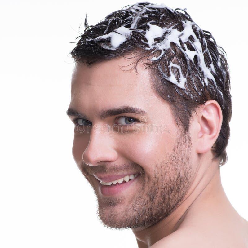 Giovani capelli sorridenti felici di lavaggio dell'uomo del ritratto. fotografie stock