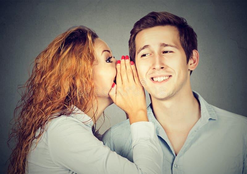 Giovani che dividono con il gossip fotografie stock