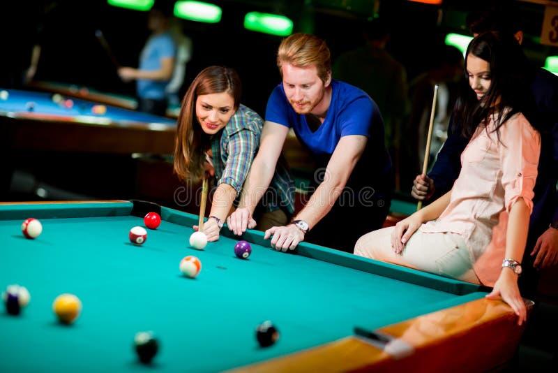 Download Giovani che giocano stagno immagine stock. Immagine di nightlife - 55360665