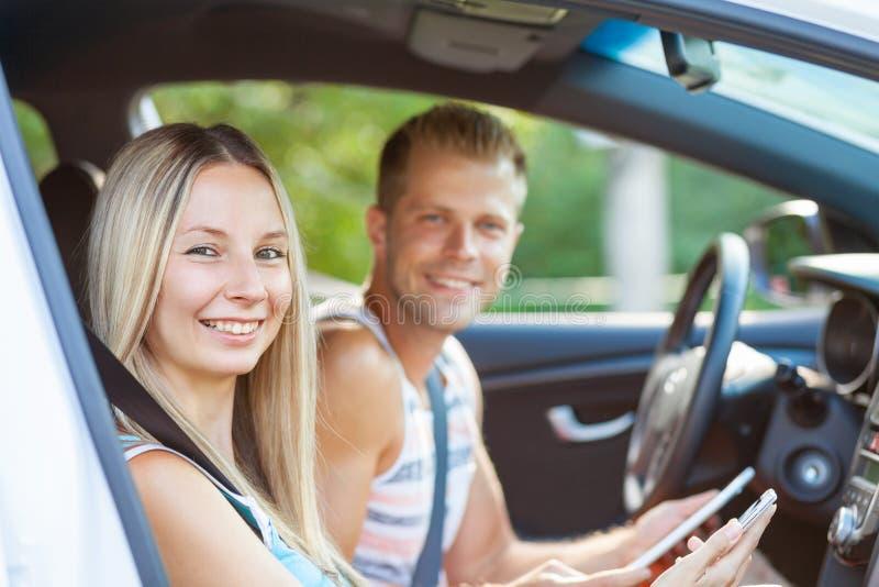 Giovani che godono di un roadtrip nell'automobile fotografia stock libera da diritti