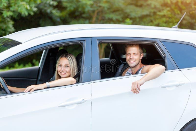 Giovani che godono di un roadtrip nell'automobile immagini stock