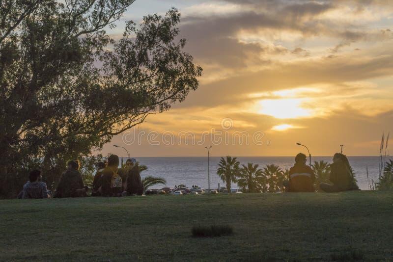 Giovani che guardano il tramonto a Montevideo immagini stock